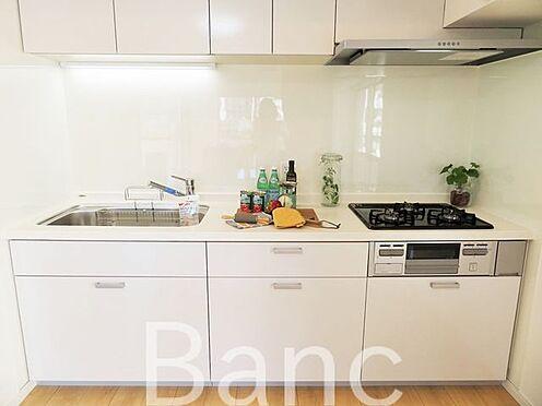 中古マンション-足立区東和5丁目 調理台が広く料理がしやすいキッチン。
