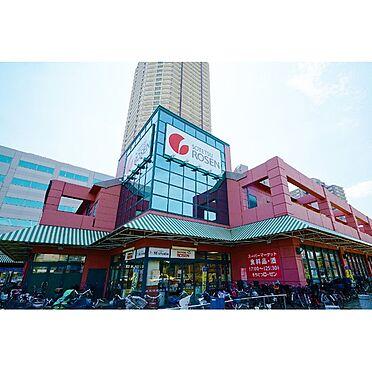 アパート-横浜市神奈川区入江1丁目 2000年に京急新子安駅前にオープンしたオルトヨコハマ郵便局や銀行、カフェ、書店などが入るオルトモールコートは核テナントの相鉄ローゼンの他、ファミリーレストランのバーミヤンとジョナサンが入居する。