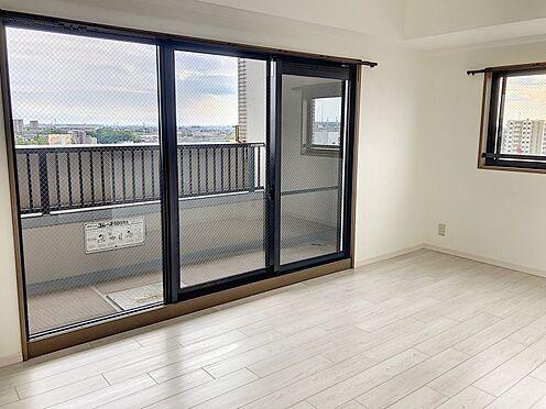 区分マンション-豊田市山之手8丁目 LDKの窓は3枚で採光ばっちりです!開放感があってよりお部屋が広く感じます。