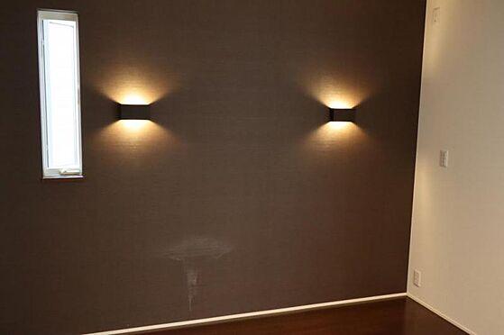 中古一戸建て-日進市岩崎町元井ゲ 光が直接目に入り込まないよう作られた間接照はやさしい光をお部屋全体に広げ雰囲気のあるシックな空間を演出します。