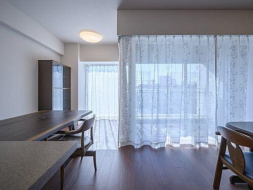 中古マンション-品川区勝島1丁目 【Living room】リビングのどこにいても陽光を感じられ、家族が自然と集まる交流空間です。