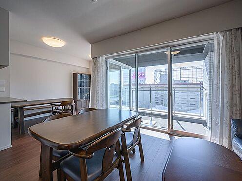 中古マンション-品川区勝島1丁目 【Living room】リビング全体に豊かな光と風をもたらす、オープンなバルコニーを採用しました。