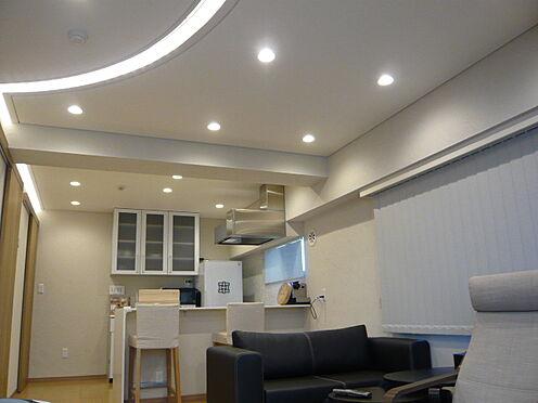中古マンション-文京区本郷3丁目 バルコニー側からキッチンを撮影。家具・小物類は販売価格に含まれます
