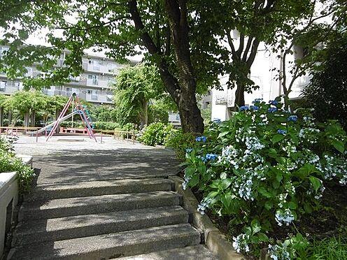 中古マンション-多摩市貝取3丁目 敷地内の広場。いつもお花が綺麗に咲いています。