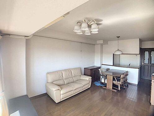 中古マンション-名古屋市天白区島田1丁目 フローリングでお掃除も楽々!白を基調とした清潔感のある室内です。