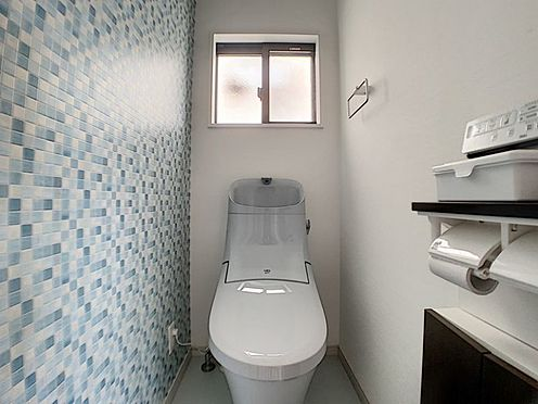 中古一戸建て-安城市和泉町八斗蒔 窓付きの明るい、落ち着いた色合いのトイレ