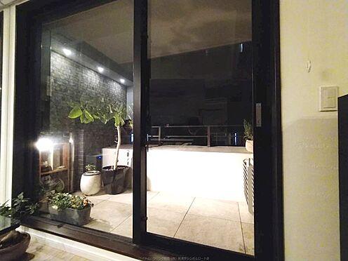 区分マンション-中央区湊3丁目 昼夜揚々と照らされるバルコニーはドラマティックな意匠です。