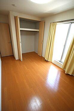 戸建賃貸-磯城郡三宅町大字伴堂 2階洋室には全てクローゼットがございます。沢山の衣類や小物もすっきり整理できますね。