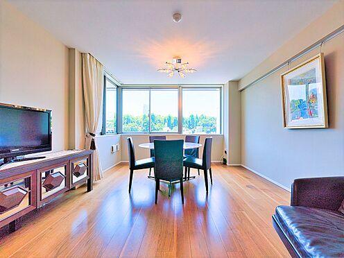区分マンション-新宿区南元町 採光の取れた明るいリビングダイニング(写真の家具・什器は価格には含まれません)