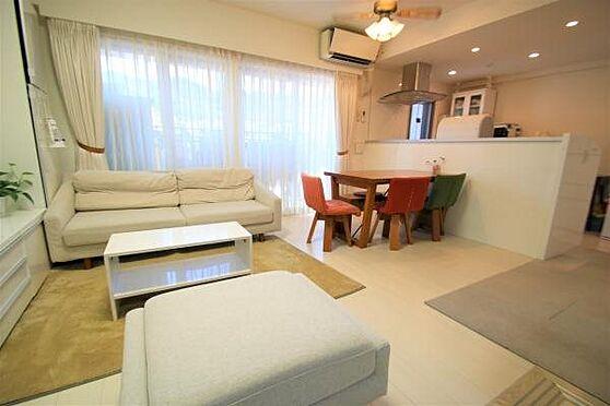 リゾートマンション-熱海市清水町 LD2:約12.4帖のLDスペース。キッチンと一体化になっており開放感がございます。