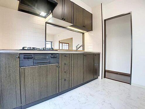 中古マンション-豊田市生駒町大坪 新設された綺麗なシステムキッチンは、作業スペース広々・お手入れもしやすい、収納完備で忙しい女性の味方!家事も楽しみながら出来そうです♪