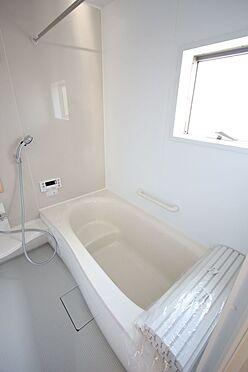 戸建賃貸-北葛城郡広陵町大字南郷 1坪サイズのゆったりした浴室で足を伸ばしておくつろぎ下さい。浴室乾燥機付きで雨の日のお洗濯も安心です。(同仕様)