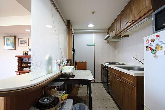 中古マンション-熱海市林ガ丘町 キッチンにはカウンターもあり便利です。造作で目隠しがあります。