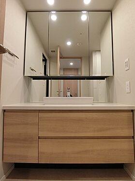 中古マンション-横浜市中区北仲通5丁目 ☆洗面台の三面鏡裏側は、全て収納スペースです☆
