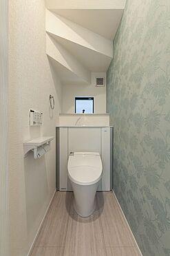 新築一戸建て-福岡市早良区野芥4丁目 収納一体型トイレ。掃除道具などを収納しスッキリとさせることが出来ます。(1階のみ)(同仕様)