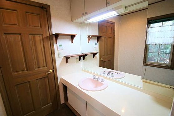 中古一戸建て-田方郡函南町畑 【洗面台】大きな鏡があり収納面も優れている独立洗面台。豪華に作られております。