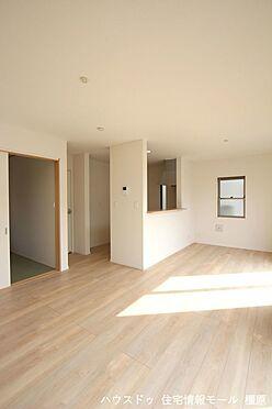 戸建賃貸-磯城郡田原本町大字阪手 和室と合わせて21.6帖の大きな空間。ご家族の憩いの場にぴったりですね。お客様が大勢いらしてもゆったりおくつろぎ頂けます。(同仕様)