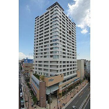 中古マンション-横浜市中区日ノ出町1丁目 青い空に映えるシンプルなフォルムの外観。誰にも誇れる堂々とした佇まい。行き交う人々の目を惹くデザイン性の高い邸宅となっております。豊かな街並みとマッチする洗練された外観が魅力です