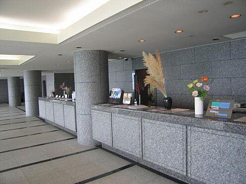 リゾートマンション-熱海市伊豆山 花崗岩を贅沢に使用したロビーはホテルのラウンジような印象です。ナチュラルで上質の空間に包まれます。