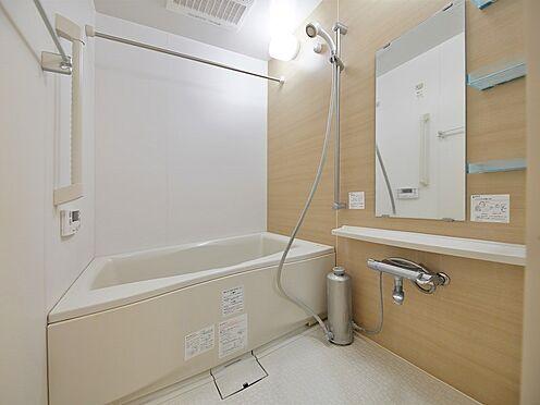 中古マンション-品川区荏原3丁目 【Bath room】浴槽横の手摺や水栓上のカウンターなど、快適な入浴を叶える設備が充実しています。