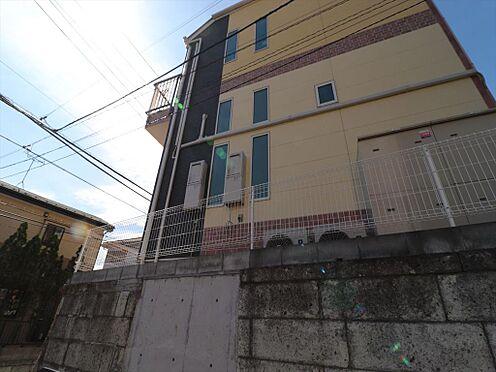 アパート-横浜市鶴見区東寺尾1丁目 東側の側面から見た様子です。