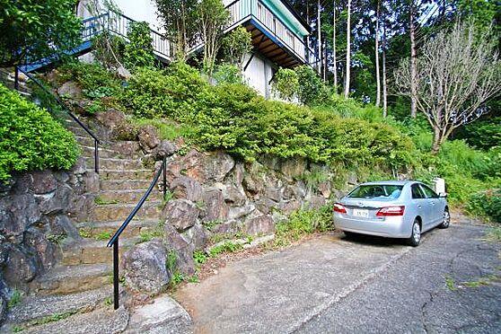 中古一戸建て-熱海市上多賀 1階リビングに玄関と階段を新たに設けられてます。駐車場1台分以上は停められます。