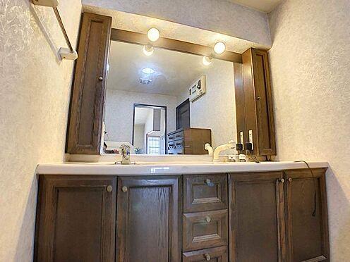 中古マンション-豊田市下市場町8丁目 大きな鏡の付いた洗面台は、家族で身支度の時間が重なっても余裕を持って支度ができます!