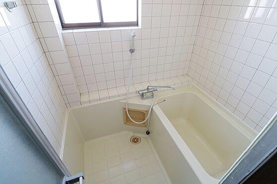 マンション(建物全部)-浜松市中区和合北4丁目 大きな窓がついた、清潔感のあるバスルーム。