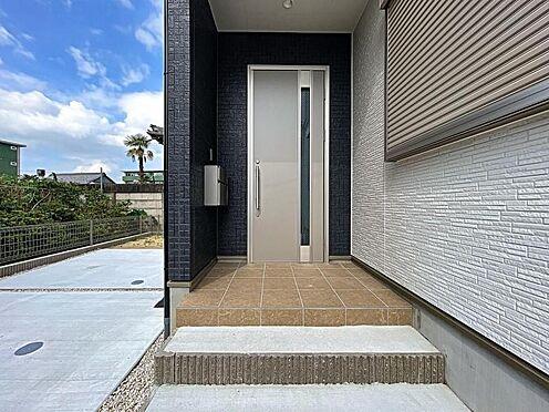 戸建賃貸-名古屋市中川区万場2丁目 玄関・ポーチ部分は高級感溢れるお洒落なデザイン♪