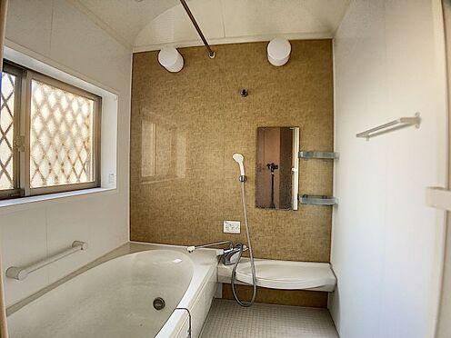 戸建賃貸-一宮市今伊勢町馬寄字上畑田 浴室は湿気がたまりやすく、換気扇だけではどうしてもカビが出てしまいやすい場所。窓があるだけで、あっという間に換気ができますのでお風呂のカビお掃除も気持ちが良いです。