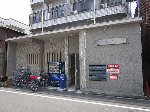 一棟マンション-大阪市東住吉区今川7丁目 エントランスアプローチ 前面道路が広々約6mで、自転車を置いていても車の通行には問題ありません。