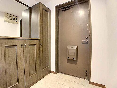 中古マンション-豊田市生駒町大坪 シューズボックスと大きな鏡を備えており、来訪者へ開放的な印象を与えますね!