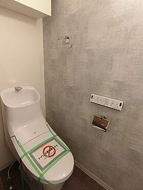 中古マンション-横浜市神奈川区栄町 ☆新規ウォシュレット機能付トイレです☆上部に収納スペースがございます☆