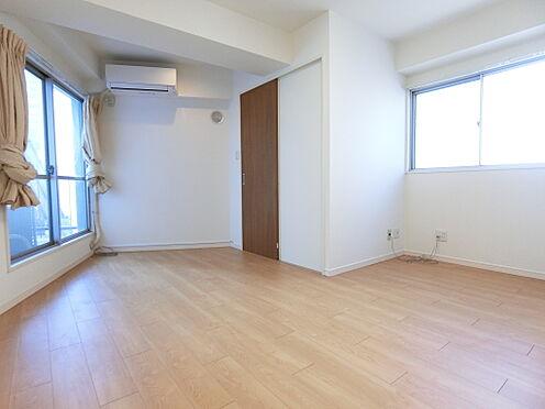中古マンション-千代田区神田神保町3丁目 洋室/南西向きバルコニー、北側に腰窓