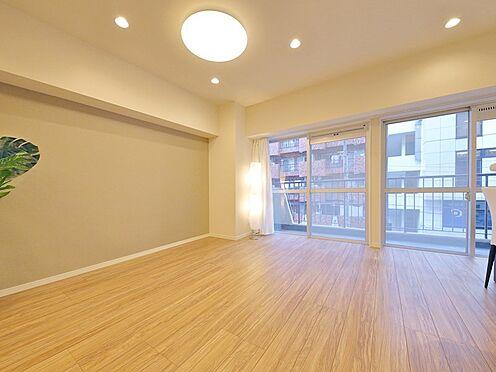 中古マンション-大田区大森北1丁目 【Living room】バルコニーに面した明るく開放的な開口が、空間にゆとりをもたらします。