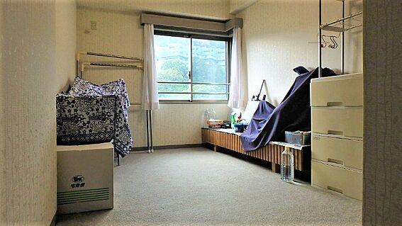 リゾートマンション-熱海市伊豆山 玄関から廊下を通り、正面にあるのがこちらの約5.6帖の洋室です。室内は比較的きれいにお使いです。