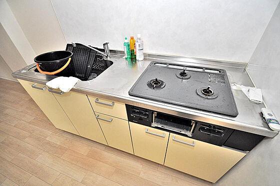 マンション(建物一部)-大阪市淀川区十三本町2丁目 キッチンは三ツ口コンロ完備されています。