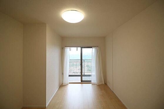 中古マンション-八王子市別所1丁目 お部屋には程よく採光が入り、過ごしやすい居住空間です。