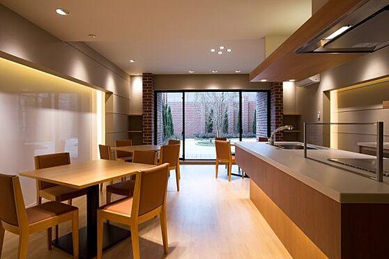 中古マンション-横浜市神奈川区三枚町 キッチン設備付きで、住人同士の親交を深めるパーティーなど多目的なご利用が可能なパーティールーム。