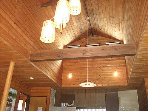 中古一戸建て-北佐久郡軽井沢町大字長倉 LDK吹き抜け部分は角柱の梁が印象的。ウッド調の内装もくつろぎの空間を演出してくれそうです。