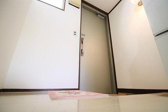 中古マンション-熱海市春日町 玄関:玄関ドア管理組合により交換済みです。白のフローリングが清潔感を引き立てます。