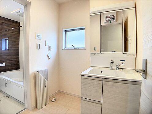 新築一戸建て-名古屋市名東区梅森坂3丁目 掃除のしやすい洗面台です。窓もあり、換気も楽々!