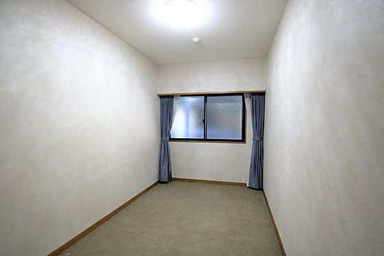 リゾートマンション-熱海市咲見町 洋室(2):5.5帖の洋室に収納付き。物置やゲストルームにいかがでしょうか。