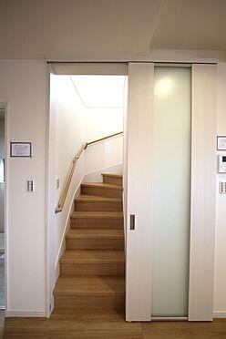 新築一戸建て-橿原市菖蒲町2丁目 リビング階段を採用。階段前に扉をもうけ、冷暖房効率を損なわないよう工夫されています。階段は手すり付き。お子様やお年寄りでも安心です。