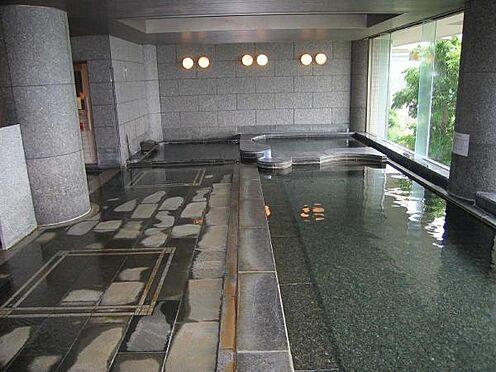 リゾートマンション-熱海市伊豆山 南側一面に面したガラス張りの温泉大浴場は清掃時間以外は入浴可能です。サウナと水風呂があります