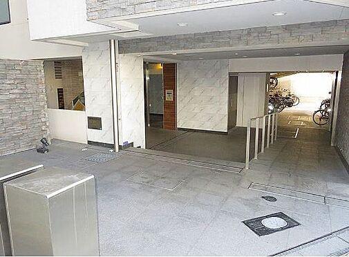 マンション(建物一部)-大阪市福島区玉川3丁目 開放感のある玄関。奥まった場所に駐輪場があるので、防犯も安心。