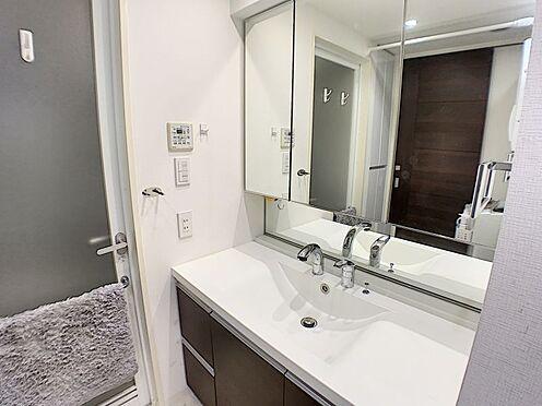 区分マンション-西尾市桜木町3丁目 清潔感溢れるスタイリッシュなデザインの洗面化粧台。ワイドな鏡が朝の身支度に便利です♪
