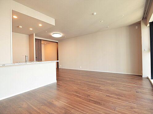 中古マンション-中央区晴海3丁目 約16.7帖のリビング、ダイニングスペースと分けても十分な広さを確保。床暖房もあります。