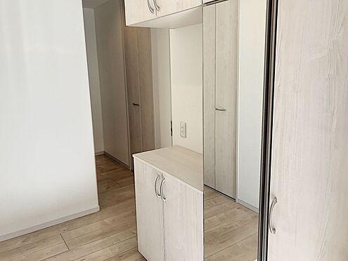 中古一戸建て-半田市亀崎高根町2丁目 収納スペース充実した玄関です!全身鏡もございますので身だしなみをしっかり整えてからの外出に大変便利です♪