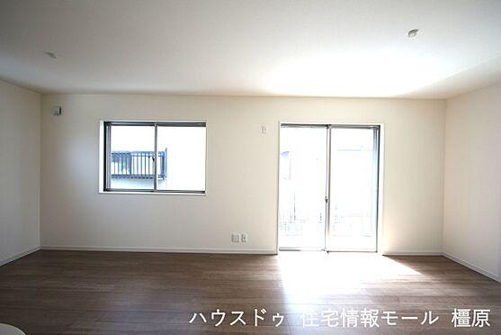 戸建賃貸-磯城郡田原本町大字阪手 18帖のLDKは南向きの明るい室内です。ポカポカと暖かいリビングでおくつろぎ下さい。
